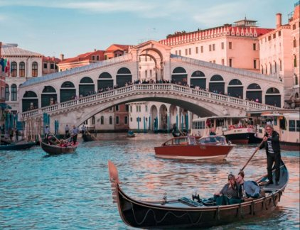 A picture of the Rialto bridge in Venezia italy