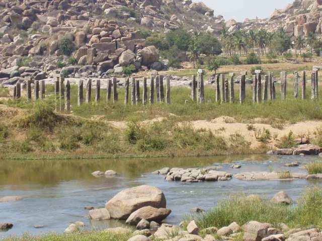 Fluss mit Überresten von irgendwas