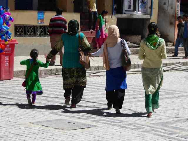 Frauen auf Spaziergang
