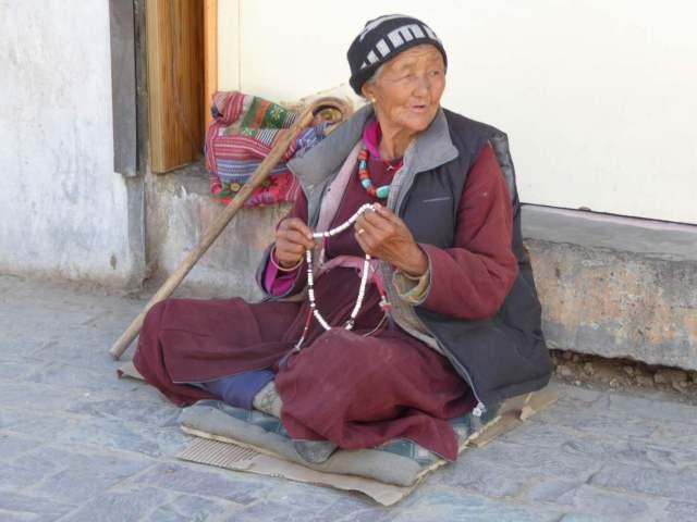 Tibetische Frau verkauft Ketten