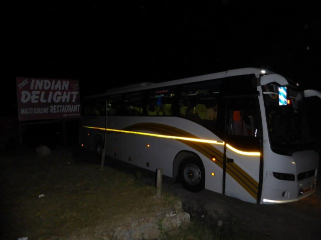 Mein Bus in der indischen Dunkelheit