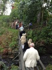 Promenaden tog en oväntad vändning över en bro. Gruppen kom hela tiden med förslag på hur vi skulle vandra för att se både saker som behöver åtgärdas, och saker som man ville visa upp.