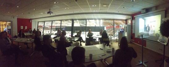 Ett rum fyllt av landsbydgskunskap och byrokratisk erfarenhet.