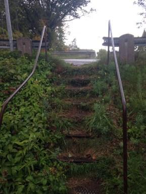 Den här trappen har sin bästa tid bakom sig. Den används som övergång fölr de barnen som ska till skolan, och förutom att trappan är skruttig, så leder den upp på Totebovägen. Här var alla överens att det behövs en säkrare passage.