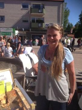 My från Överums Hotell Myrtenkransen hade bakat sockerkaka till 250 personer och allt gick åt.