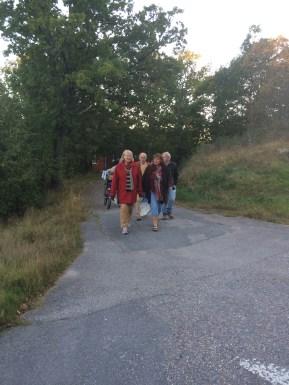Promenaden gick från skolan, via lekplatsen och butiken, förbi idrottsplatsen och slutligen till båthamnen.