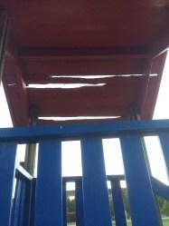 Taket på klättertornet släppte igenom solen. Denna kommer att bytas ut.
