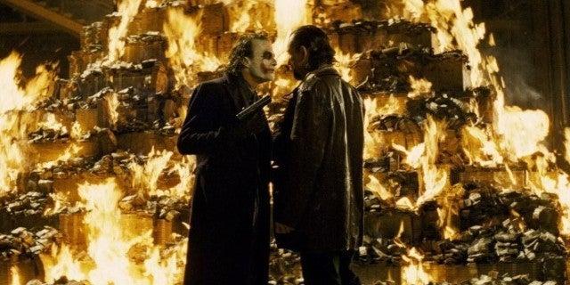 Se estima que la pirámide de efectivo del Caballero Oscuro tomó 16 horas de  los ayudantes del Joker 27 horas para configurar - La Neta Neta