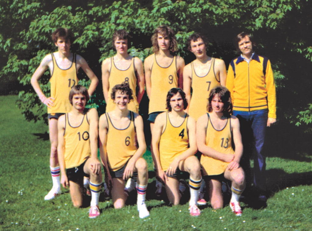Die Meister (hinten von links) Andreas Geuckler, Rainer Greunke, Ulf Ehrenberg, Andreas Goer, Coach Jochen Kühl und (vorn) Thomas Schwarze, Jochen Geiger, Peter Hering und Oliver Vontz.