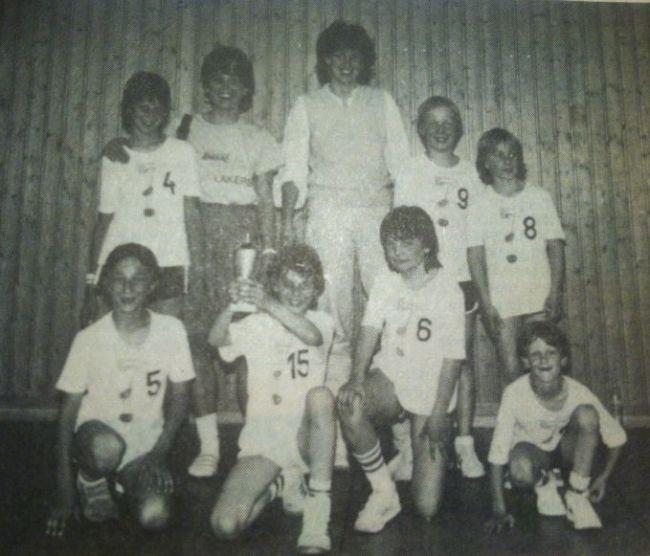 18.Saison83-84Giräffchen-mit-ihren-Trainerinnen.JPG-650pb