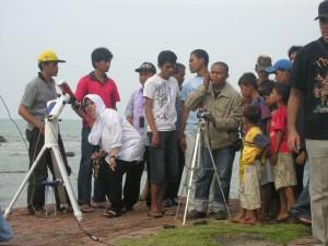 Forum Guru Astronomi Bandung turut dalam pengamatan gerhana. Kredit : Nggieng