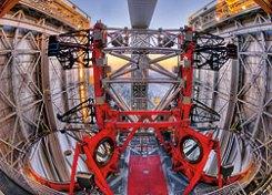 Dua mata yang memandang langit. Large Binocular Telescope di Mount Graham International Observatory, Arizona. Masing-masing memiliki cermin 8,4 meter dengan kemampuan mengumpulkan cahaya sebagai cermin 11,8 meter. Dan melalui interferometri keduanya menjadi kekuatan luar biasa sebagai teleskop 22,8 meter. Kredit : Large Binocular Telescope Corporation /United States /Italy /Germany/ Marc-Andre Besel and Wiphu Rujopakarn)