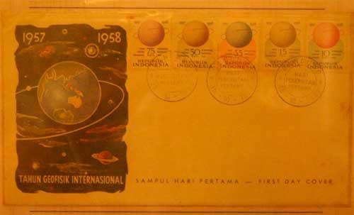 Pameran Pragko astonomi Indonesia. Prangko yang dikeluarkan saat tahun geofisik internasional 1957-1958. Kredit : Nggieng