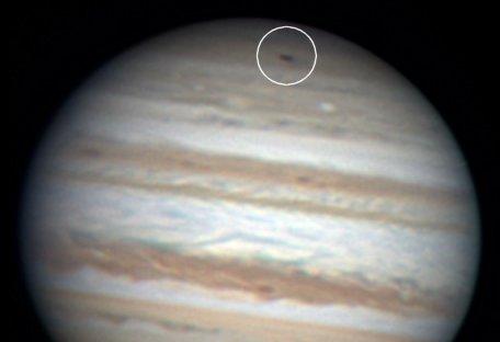 Kutub Selatan berada di atas saat Anthony Wesley mengamati Jupiter 19 Juli 2009. kredit : Anthony Wesley
