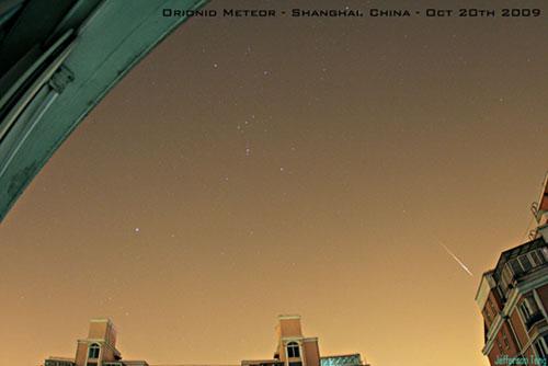 Hujan meteor Orionid yag tampak di langit Shanghai, China. kredit : Jefferson Teng