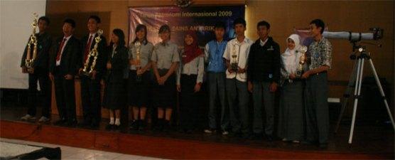 Foto bersama para pemenang lomba. Kredit : nggieng