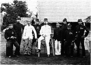 J.A.C. Oudemans (berpakaian putih, duduk memegang tongkat) berfoto dengan rombongannya dalam ekspedisi pemetaan Pulau Jawa. Sumber: Pyenson, 1989.