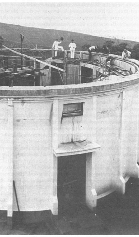 Pembangunan kubah yang akan berisi teleskop refraktor ganda 60 cm Zeiss. Joan Voûte mengangkat topinya. Berdiri di sebelahnya adalah K.A.R. Bosscha. Sumber: Pyenson, 1989.