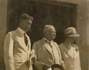 Dari kiri ke kanan: J.G.E.G. Voûte (direktur pertama Observatorium Bosscha), K.A.R. Bosscha (penyandang dana dan ketua NISV), Ina Voûte (istri Joan Voûte). Sumber: Koleksi pribadi Bambang Hidayat.