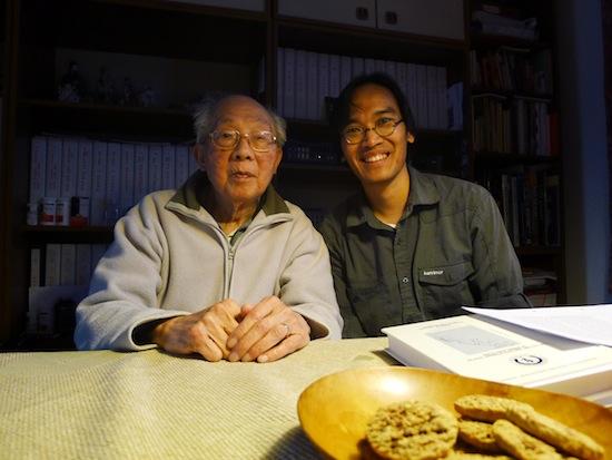 Pak Thé di kediaman beliau, April 2012, bersama penulis. Sumber: T.L. Astraatmadja.