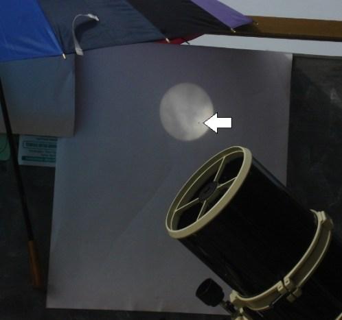 Proyeksi Matahari dengan Venus sebagai bintik hitam (tanda panah) di bawah payung. Sumber : FKIF Gombong, 2012.