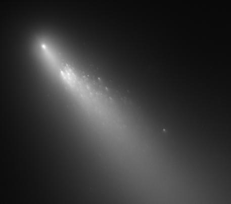 Gambar 2. Fragmen B dari komet Schwassmann-Wachmann 3, diabadikan teleskop landas-bumi Hubble pada 2006. Jika observasi berbasis teleskop sederhana dari permukaan Bumi hanya mengungkap adanya satu fragmen B, Hubble memperlihatkan di sekitar fragmen B (yakni fragmen yang paling terang) terdapat setidaknya 73 buah fragmen lainnya yang berukuran lebih kecil dan lebih redup. Sumber : STScI, 2006.