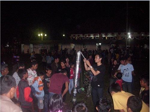 Suasana peluncuran roket di malam hari. Kredit: ALdino