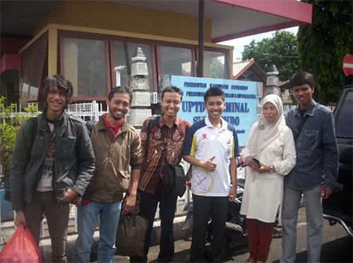 Tim dari Bandung sedang foto bersama ibu Danu dan putranya sebelum meninggalkan Situbondo. Kredit: Aldino