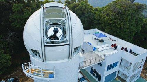 Teleskop 2,4 meter milik Thailand National Observatory di Taman Nasional Doi Ithanon. Kredit: NARIT