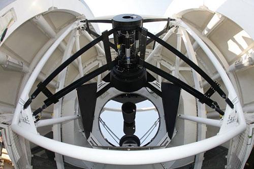 Teleskop 2,4 meter di Thailand National Observatory. Teleskop terbesar di Asia Tenggara. Kredit : NARIT