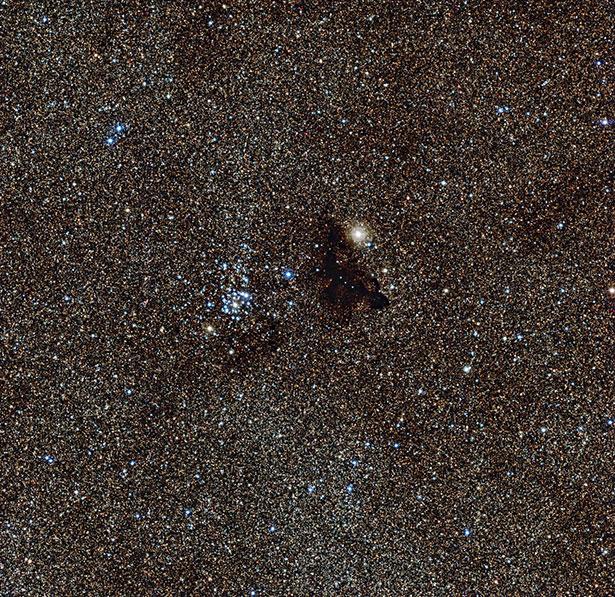Gugus bintang terang NGC 6520 dan awan gelap Barnard 86. Kredit: ESO