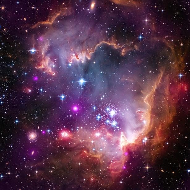 Bintang-bintang dan awan  gas yang tinggal di bagian galaksi katai bernama Awan Magellan Kecil, yang merupakan salah satu tetangga terdekat kita. Kredit: X-ray: NASA/CXC/Univ.Potsdam/L.Oskinova et al; Optical: NASA/STScI; Infrared: NASA/JPL-Caltech