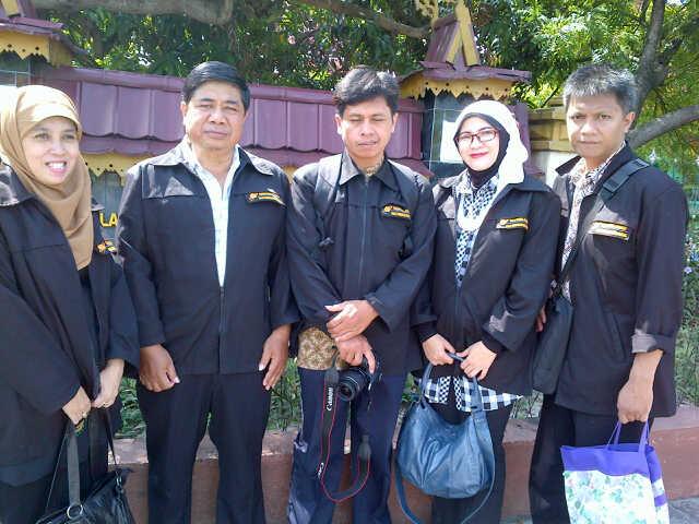 6 orang TIM FPA yang berangkat ke Pekan Baru - Riau.  Dari kiri : Dra, Hj Yanti Mulyanti, M.M.Pd (SMAN 8), H.Agus Suprijono. S.Pd (SMAN 22), Drs.Jaka Herwandi.M.Kom (SMAN 26), Dra. Prita Dewi (SMAN 2), Mariano N., S.Si. (SMAN 2), Pengambil foto : Hj. Meity Farida.S.Pd (SMAN 23)