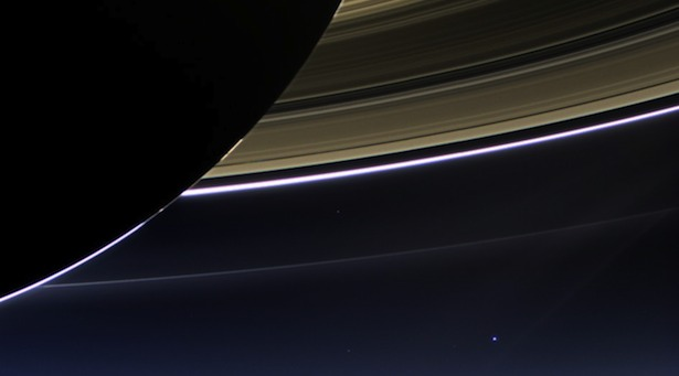 Foto yang diambil wahana Cassini pada tanggal 19 Juli 2013. Bayangan gelap bercincin di latar depan adalah planet Saturnus, sedangkan Bumi tampak sebagai 'titik biru pucat' di kejauhan. Dan, kita semua tinggal di titik itu! Kredit: NASA/JPL-Caltech/Space Science Institute