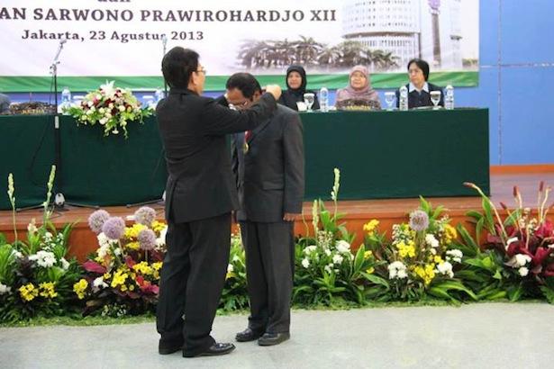 Penyerahan Medali Penghargaan Sarwono oleh Kepala LIPI, Prof. Lukman Hakim kepada Prof. Thomas Djamaluddin