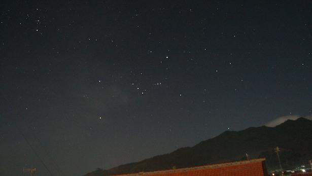 langit malam yang dihiasi rasi Orion bisa memberi interpretasi berbeda di tiap negara. Kredit : Nggieng