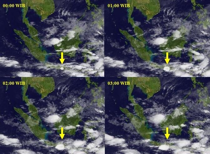 Gambar 1.  Perkembangan awan debu vulkanik Kelud (panah kuning) dalam empat jam pertama letusannya seperti diabadikan satelit MTSAT-2 dalam kanal inframerah. Terlihat pada jam 00:00 WIB (sejam setelah mulai meletus), awan debunya masih kecil, sferis dan lebih padat dibanding tekstur awan disekelilingnya. Pada jam-jam berikutnya nampak awan debu semakin meluas dan kian melonjong mengikuti hembusan angin. Sumber: JMA, 2014.