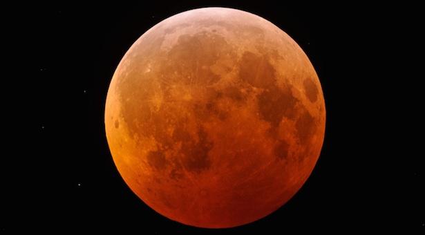 Gerhana Bulan Total yang tampak kemerahan. Kredit: Fred Espenak