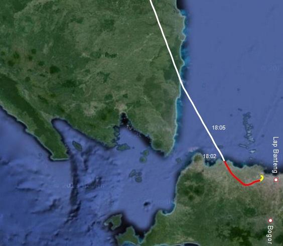 Gambar 5. Rekonstruksi lintasan penerbangan Boeing 737-900 Lion Air nomor penerbangan LNI 372 rute Jakarta-Batam pada Minggu senja 8 Juni 2014. Garis kuning menunjukkan lintasan saat ketinggian pesawat kurang dari 1.000 meter dpl. Garis merah menunjukkan saat pesawat mengarungi ketinggian antara 1.000 hingga 5.000 meter dpl. Dan garis putih adalah saat pesawat terus menanjak di atas 5.000 meter dpl. Label 18:02 adalah posisi pesawat pada pukul 18:02 WIB, saat ia berkemungkinan terbaik untuk terlihat dari Jakarta. Sumber: Sudibyo, 2014 dengan data dari FlightAware dan peta dari Google Maps.