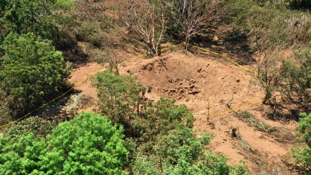 Gambar 1. Cekungan besar mirip mangkuk yang terbentuk di kawasan pinggiran bandara internasional Sandino di dekat kota Managua (Nikaragua), diabadikan dari udara oleh militer Nikaragua. Sumber: National Geographic, 2014.