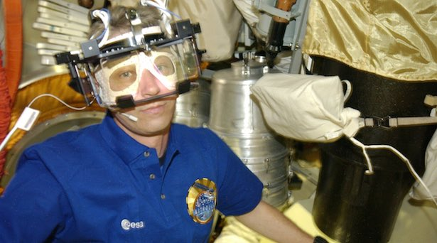 Astronot Thomas Reiter mengenakan Alat Penjejak Mata selama menjalani misi di ISS. Kredit: ESA/NASA.