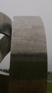 Teori yang ditampilkan di salah satu sisi patung Wandering the Immeasurable. Kredit: Wicak Soegijoko