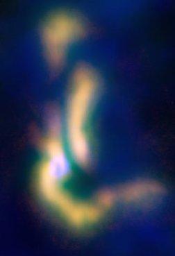 Protobintang dan 3 filamen gas yang sedang berkondensasi di awan Barnard 5. Kredit:  Bill Saxton / NRAO / AUI / NSF