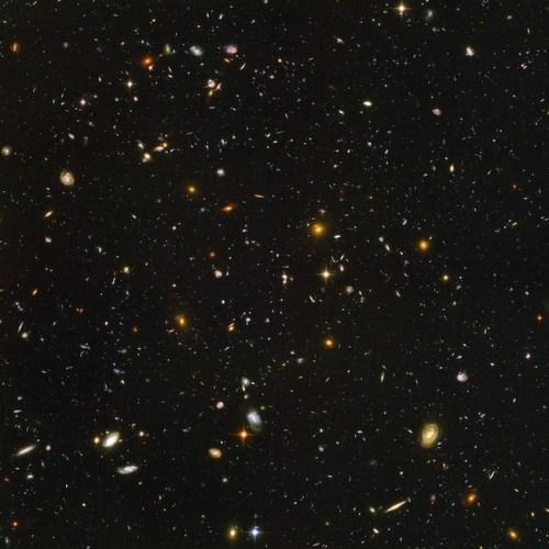 Untuk mendapatkan foto ini, Teleskop Hubble diarahkan ke suatu area langit selama 35 jam tanpa henti. Coba perhatikan baik-baik dan kalian akan melihat foto ini berisi ribuan galaksi raksasa! Kredit: NASA, ESA, and S. Beckwith (STScI) and the HUDF Team.