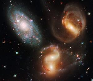 Tabrakan galaksi bisa melontarkan bintang ke luar dari galaksi dan menjadi bintang pengembara. Kredit: NASA ESA/Hubble SM4 ERO Team