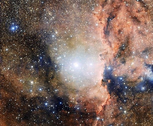 Foto ini menunjukkan bagian dari asosiasi bintang Ara OB1, bagian dari langit malam yang penuh dengan objek-objek astronomis berharga, termasuk gugus bintang, awan kosmis, dan tempat kelahiran bintang. Kredit: ESO.