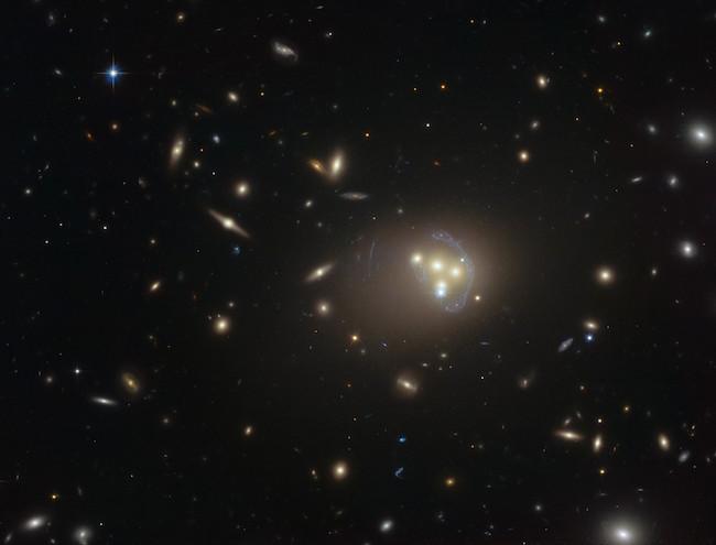 Foto ini memperlihatkan lusinan galaksi jauh. Di bagian agak sebelah kanan, kalian bisa melihat empat galaksi raksasa bertabrakan sekaligus. Kredit: ESO.
