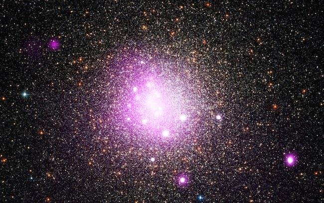 Gugus bintang NGC 6388. Beberapa bintang di gugus ini usianya sudah lebih dari 10 milyar tahun. Kredit:  X-ray: NASA/CXC/IASF Palermo/M.Del Santo et al; Optical: NASA/STScI