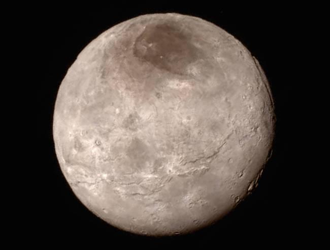 Charon dalam pandangan New Horizons saat berpapasan dengan Pluto. Kredit:  NASA-JHUAPL-SwRI