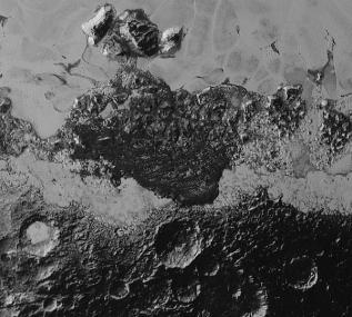 Wilayah gelap yang mencakup area 350 km yang diisi kawah, perbukutan, dan juga pegunungan. Kredit: Wilayah yang rusak dan penuh kekacauan di Pluto. Area di foto mencakup 470 km dan berada di barat laut Dataran Sputnik. Kredit: NASA/Johns Hopkins University Applied Physics Laboratory/Southwest Research Institute